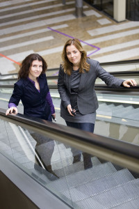 Esther Ouwehand en Marianne Thieme op roltrap TK 4