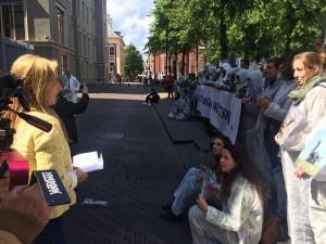 wl23_Marianne bij actie tegen ganzenvergassing